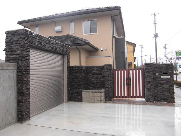 建物の外壁と素材を合わせて、統一感のある外構に・・・