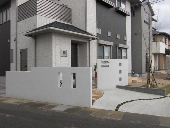 真っ白な門柱で、明るく、すっきりとしたシンプル外構